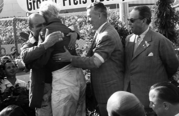 Hawthorn (háttal, szőkén) gratulál Fangiónak a nagy hajsza után a Nürburgring dobogóján