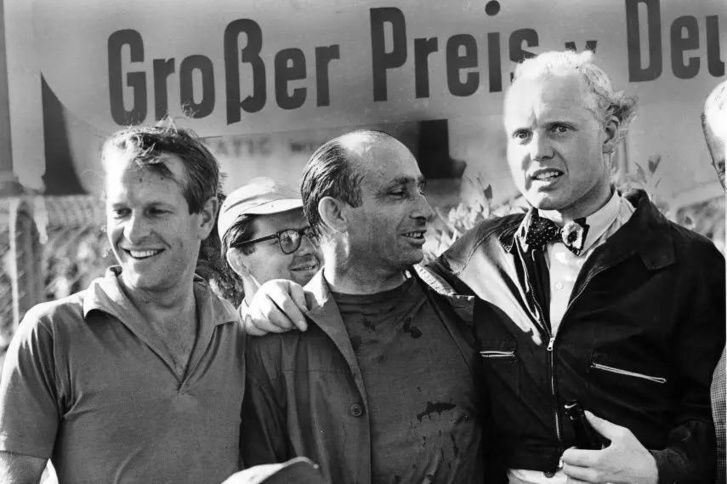 A történet három szereplője. Balra Collins, középen a rangidős Fangio, jobbra Hawthorn. Másfél éven belül mind a két ifjú brit sztár halott volt. Collinst versenypályán, Hawthornt közúton érte el a halál