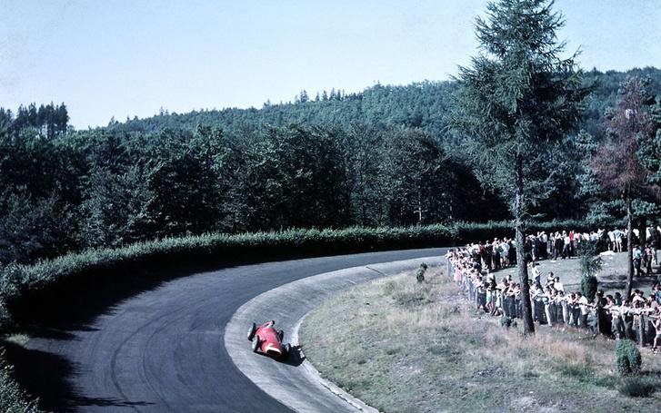 Fangio magányos menetelése a vörös Maseratiban a Nürburgringen