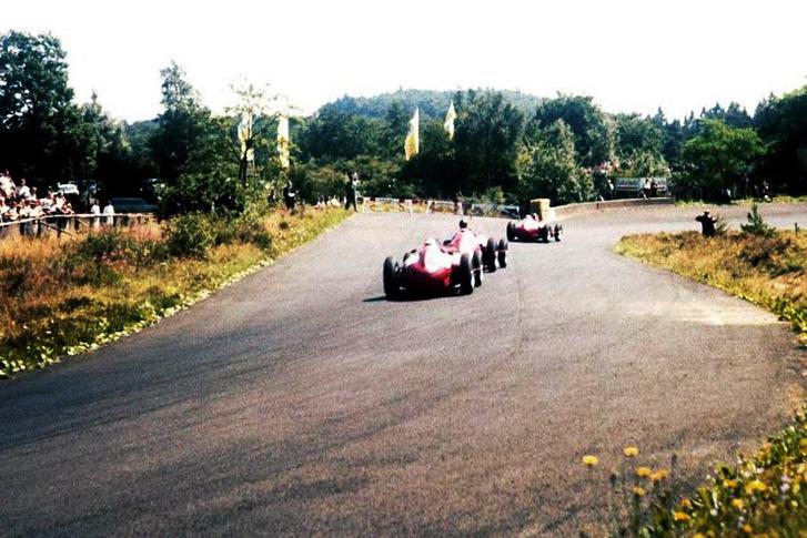 Együtt az élmezőny: a két Ferrari és köztük Fangio