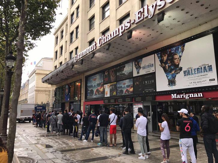 Hatalmas a sor a klub Champs-Élysées-n található boltjánál.
