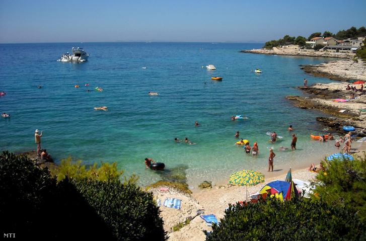 Strand az Adriai-tenger partján Sibenik közelében