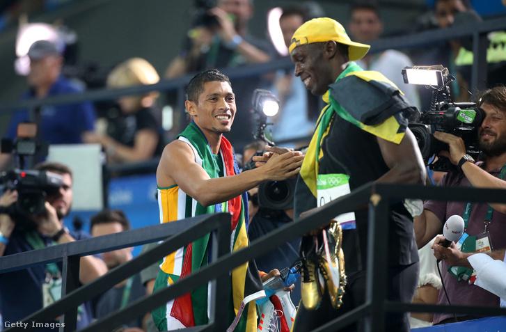 Bolt a 100 méteres aranyérmes és Wayde Van Niekert a 400 méter győztese gratulálnak egymásnak Rióban 2016-ban