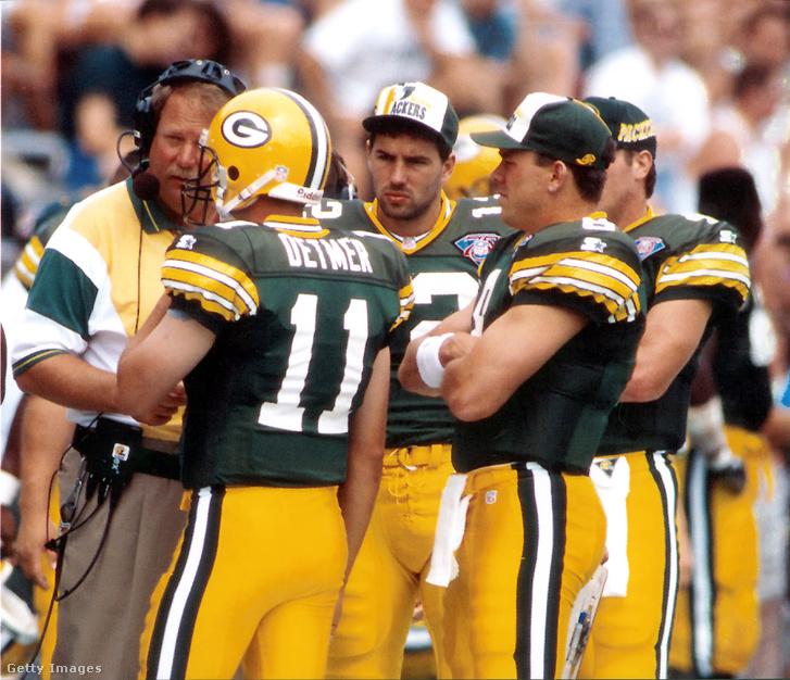 Warner (szemben) Detmer, Favre és Brunnell társaságában a packers egyik felkészülési meccsén