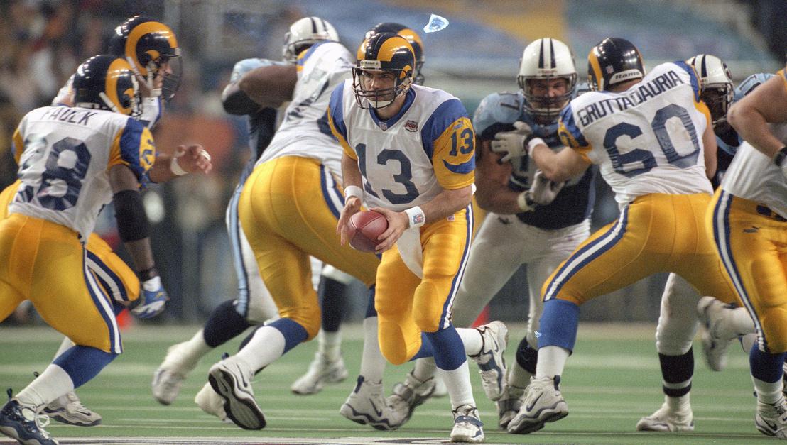 Bár a Rams sikerének titka a passzjáték erőltetése volt, nagyon jól jött, hogy ott volt a csapatban a liga egyik legjobb futójátékosa, Marshall Faulk