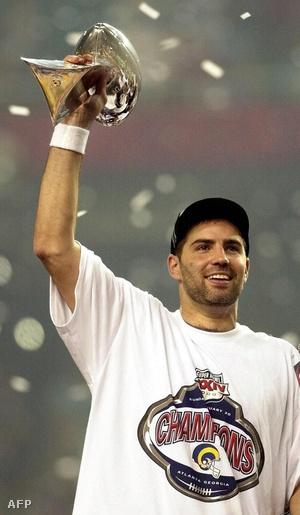 Warner a Super Bowl-győzelemért járó Lombardi-trófeával. Warnert választották a döntő legértékesebb játékosának is.