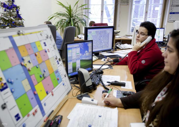Diszpécserek dolgoznak az Országos Mentőszolgálat Markó utcai központjában.