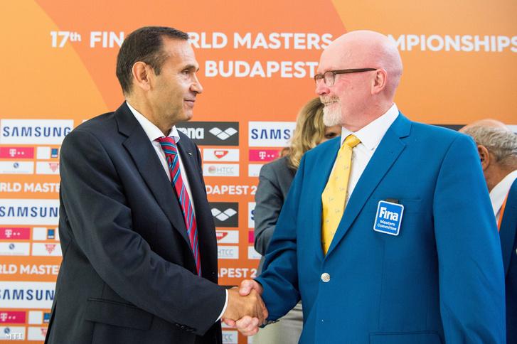 Gyárfás Tamás a Nemzetközi Úszó Szövetség végrehajtó és a 17. FINA Masters Szervező Bizottságának tagja és Edward Evelly a FINA Masters Bizottságának elnöke a versenyről tartott budapesti sajtótájékoztatón 2017. augusztus 4-én