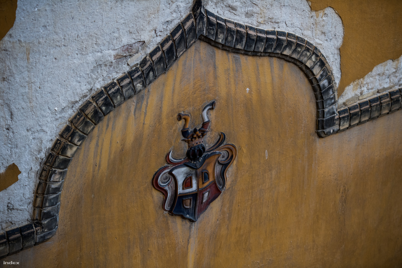 A Lechner-címer a belső udvar egyik eldugott helyén.