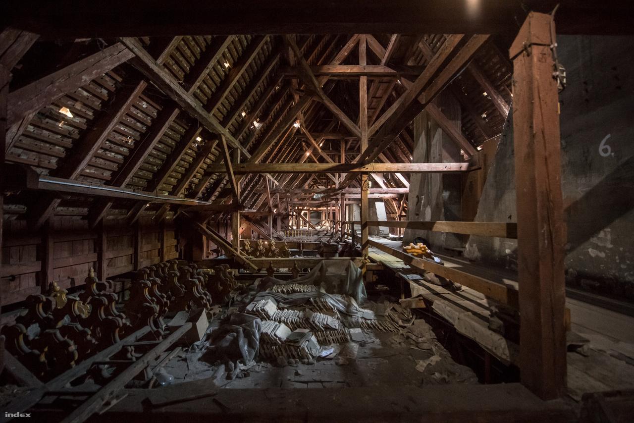 Zsolnay-tetődíszek pótdarabjai sorakoznak a padláson. A nagy teret vályúszerű vízelvezető építmények szabdalják kisebb egységekre, Lechner ezt a megoldást választotta az épületet elcsúfító ereszcsatornák helyett.