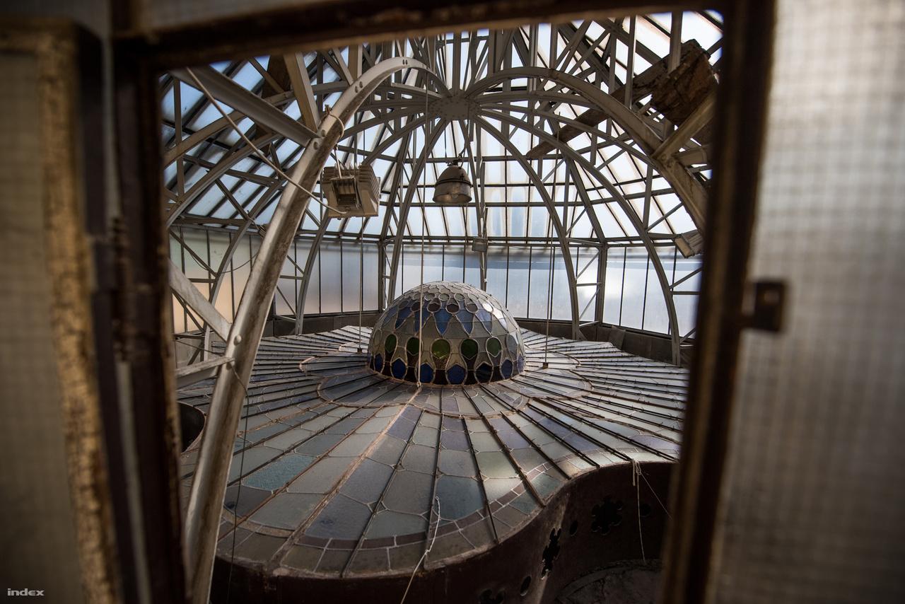 Fémművészet, avagy a Róth Miksa ólomüveg ablakát védő szerkezet belülről.