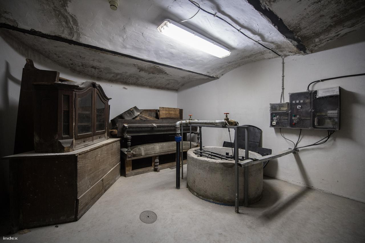 Vízgyűjtő tartály az Iparműpalota pincéjében. A talajvízzel kezdettől fogva küzdöttek az építők, a Duna közelsége miatt szivattyúzni kellett. A hármas metró építése sem tett jót a csatornarendszernek, a falak azóta vizesednek. Műtárgyakat éppen ezért már régóta nem is tartanak itt, csak vitrineket. Az egyik pincezúgban ott sorakoztak az eredeti, Thék Endre asztalosmester Üllői úti műhelyében készült darabok.