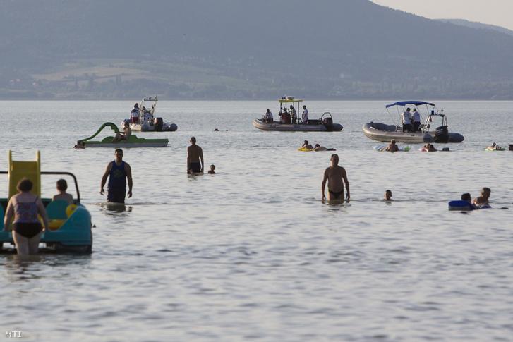 A Vízimentők Magyarországi Szakszolgálata és vízirendőrök keresnek egy Balatonban elmerült 18 éves fiút a balatonmáriafürdői strandon 2017. augusztus 5-én.