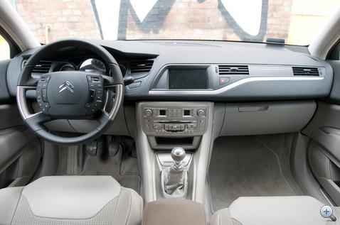 A precíz, német beltérhez szokott szem sem talál semmi kivetnivalót. Sem anyagminőségben, sem összeszerelésben. Ez a Citroën más