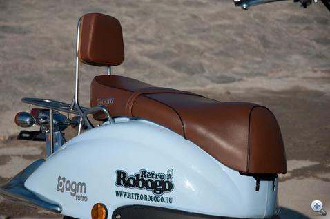 Kellemes tapintású a barna műbőr ülés
