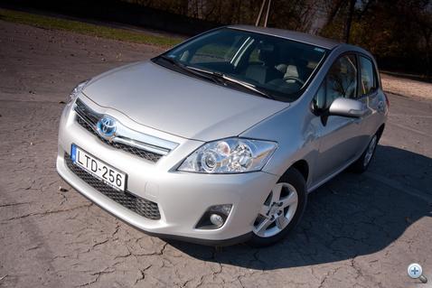 Egy szimpla, szürke Toyota