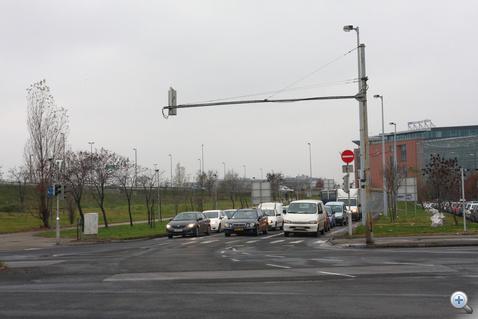 A szemben álló járművek nappal támpontot adnak. De éjjel, amikor kihalt  az út, az apró behajtani tilos tábla az egyetlen kapaszkodó