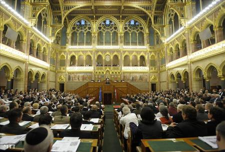 Résztvevők hallgatják Kövér László, az Országgyűlés elnöke beszédét a Székely Nemzeti Tanács ülésén