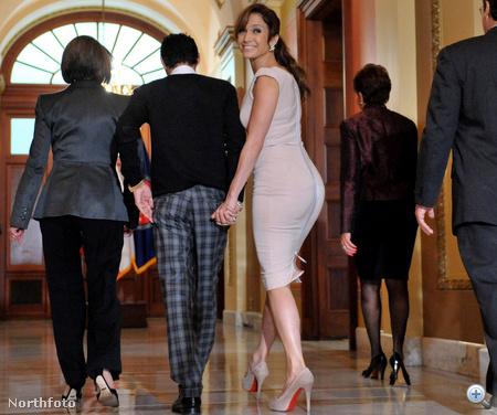 Jennifer Lopez egy sajtótájékoztatóra igyekszik