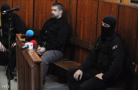 A vádlott megbilincselve, kommandósok között a tárgyalóteremben (Fotó: Koszticsák Szilárd)
