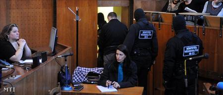 Elvezetik a vádlottat (Fotó: Koszticsák Szilárd)