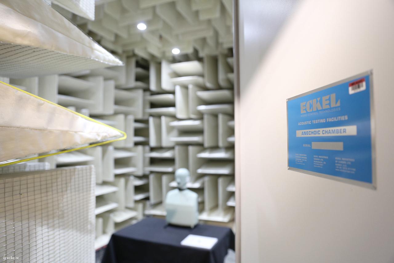 """A visszhangmentes szobát az Eckel Industries nevű massachusetts-i cég építette 2014-ben. A helyiség 2015-ben nyerte el a Guinness-től a """"Világ legcsendesebb helye"""" címet, amit korábban egy másik Eckel szoba birtokolt (a minneapolis-i Orfield Laboratories süketszobája volt a csúcstartó -13 decibellel)."""