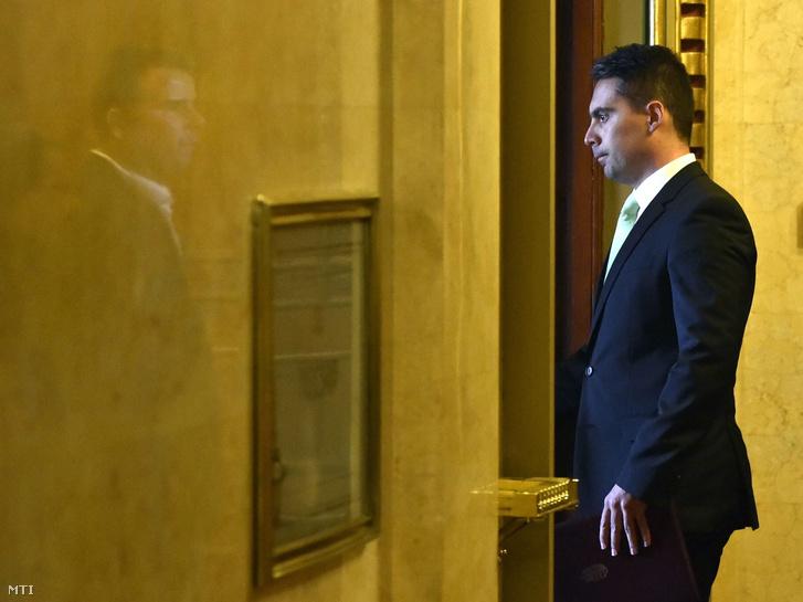 Vona Gábor a Jobbik elnöke érkezik megbeszélésre az alaptörvény módosításának ügyében Orbán Viktor miniszterelnökhöz a Parlamentben 2016. októberében.