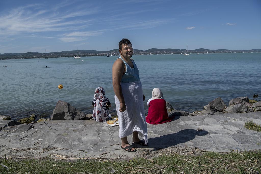 Said Jawad Hosseini azon kevés férfiak egyike, akik bementek a vízbe pancsolni. Az iráni-afganisztáni családapa gyakran jár a családjával a Balatonra.