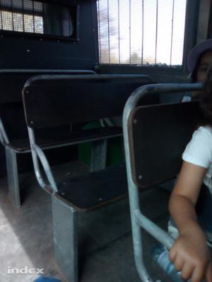 A rabomobil székei a férfi fotóján