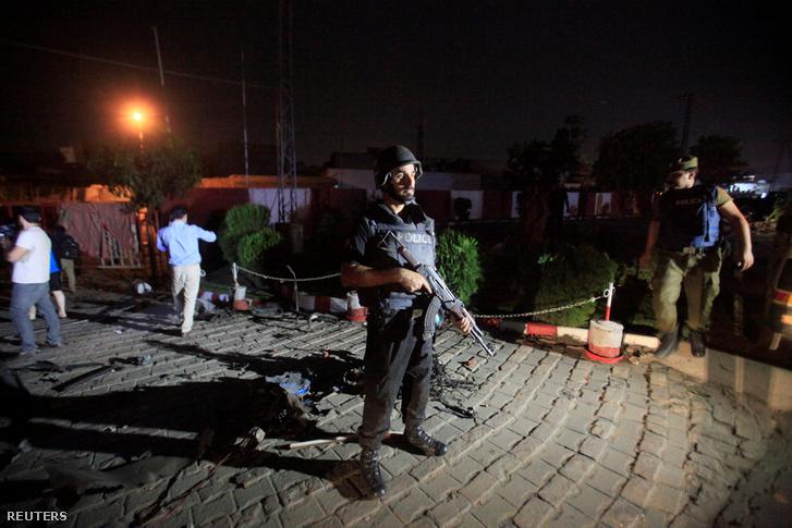Egy rendőr áll őrt Lahorban a robbantás után