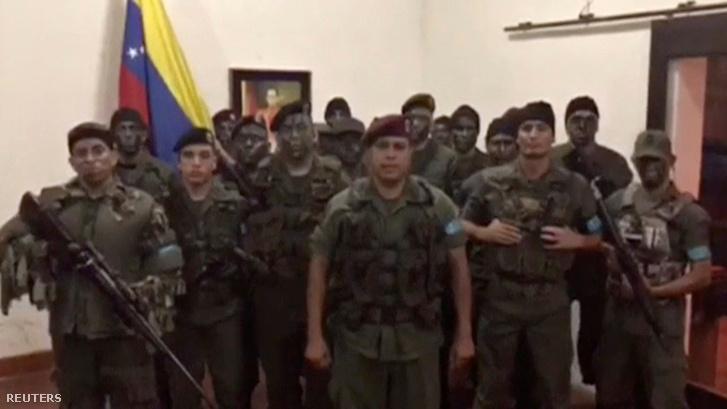 Jelenet a videóból, amelyen egy csoport katonai egyenruhában lévő férfi bejelenti felkelést