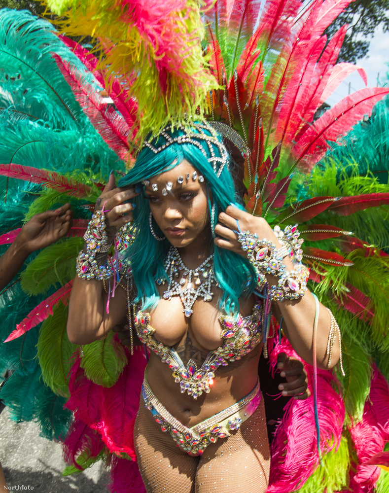 Mondjuk olykor így is közel volt ahhoz, hogy kicsússzon a karneváli öltözetből.