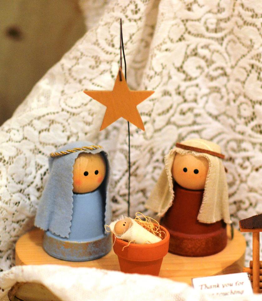 A kicsi agyagcserepek felfordítva alkotják a szent szülők testét. Még apróbb kaspóba kerül a miniatűr Jézus. A filccsillag felfüggesztése kedves ötlet.