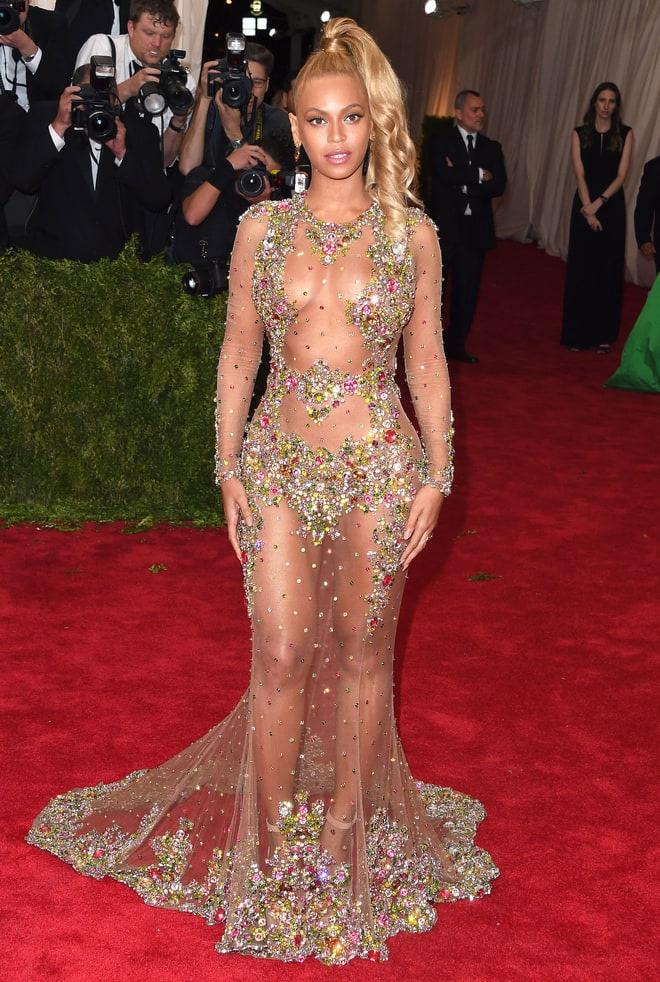 Beyoncé a 2015-ös Met-gálára érkezett ebben a Givenchy-pucérruhában, amiben csak néhány strasszkő takart valamicskét az intimebb részeiből.