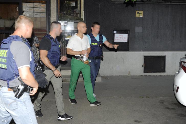 Rendőrök kísérik az elfogott S. Ábelt a XI. kerületben 2017. július 28-án.