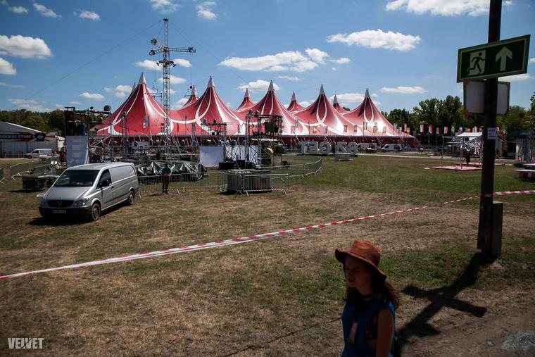 Így néz ki például a legnagyobb sátor, az A38 sátra – szponzorálja az OTP (menőség, mi?! az OTP!)