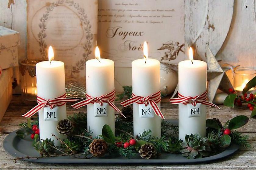 Az örökzöldekkel, tobozokkal és bogyókkal körített, négy egyszerű gyertyát a piros-fehér szalag teszi ünnepélyessé, illetve a rájuk függesztett címke, ami a hetek múlását jelzi.