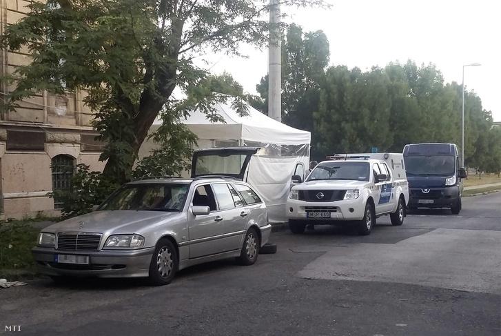 Bűnügyi helyszínelősátor Budapesten a IV. kerületben ahol rendőri intézkedés közben életét vesztette egy férfi