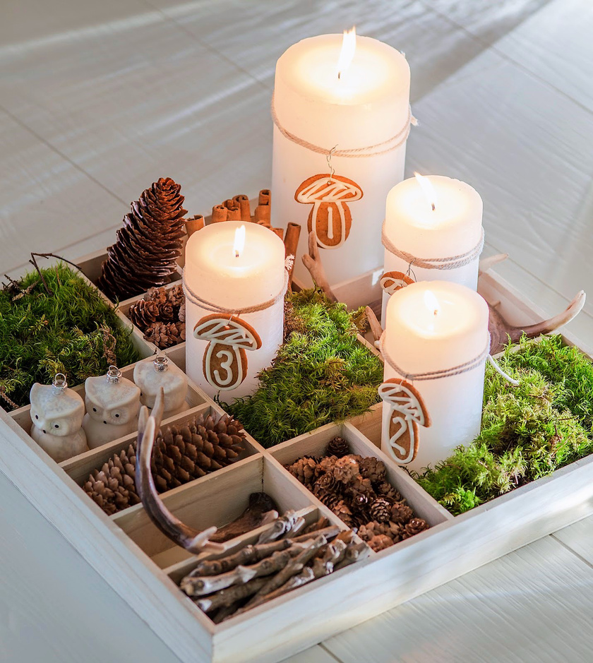 A teás dobozban vagy fakkokkal tagolt faládában állnak a gyertyák, rajtuk mézeskalácsgombán a számok. Ez a natúr összeállítás nagyon jól mutat a dobozba pakolt egyéb terményekkel és díszekkel.