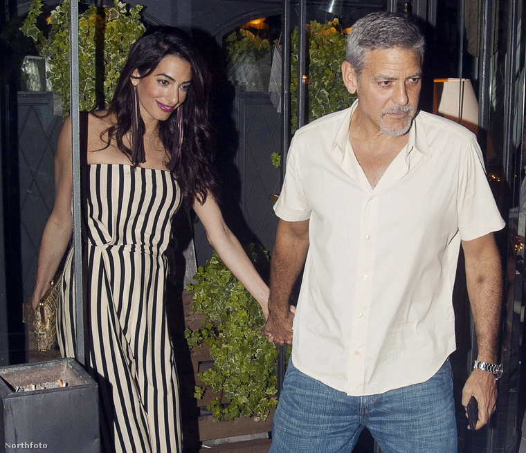 Clooney-né még jobban veszi az érdeklődést, mint férje, aki azért láthatóan szerette volna ép retinával megúszni a vacsorát.