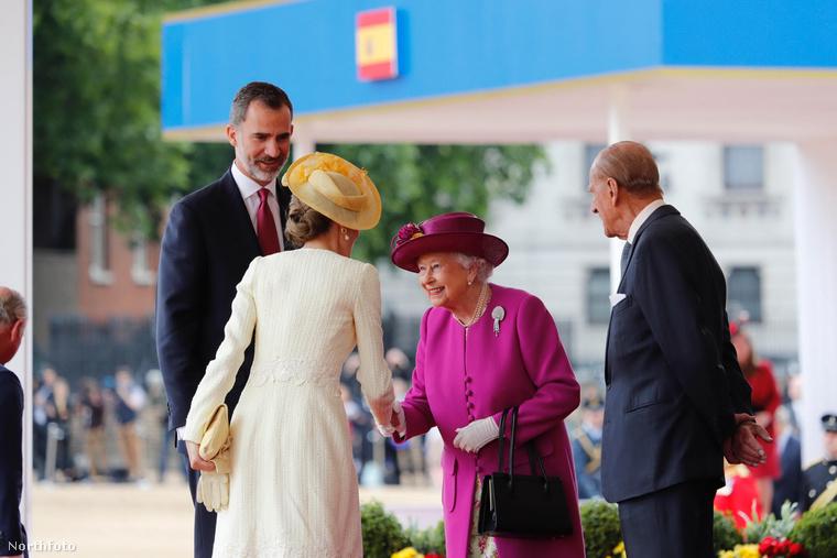 Ne csak ácsorogjon előtte!Mikor találkozik Erzsébettel nem elég ha csupán kezet ráz vele, egy kicsit mindenképp meg is kell hajolni az uralkodó előtt.