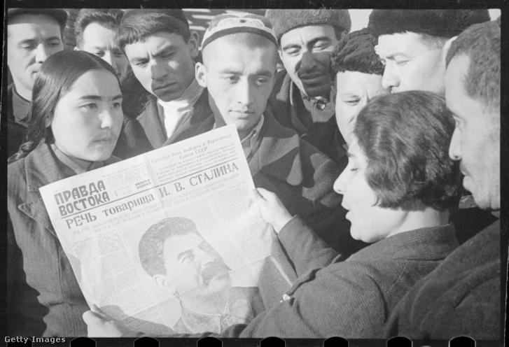 """Sztálin beszédét olvassák a """"Vostoka Pravda"""" újságban a mai Üzbegisztán területén található Taskentben 1937-ben."""
