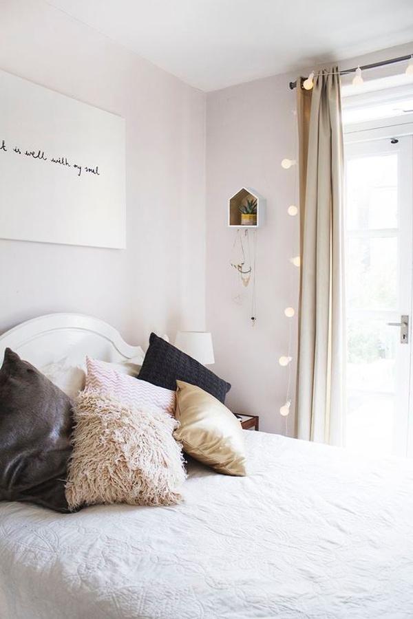 Ezen a képen több trükköt is alkalmaztak, és szép, világos szoba lett az eredmény. Te hány praktikát fedezel fel rajta?