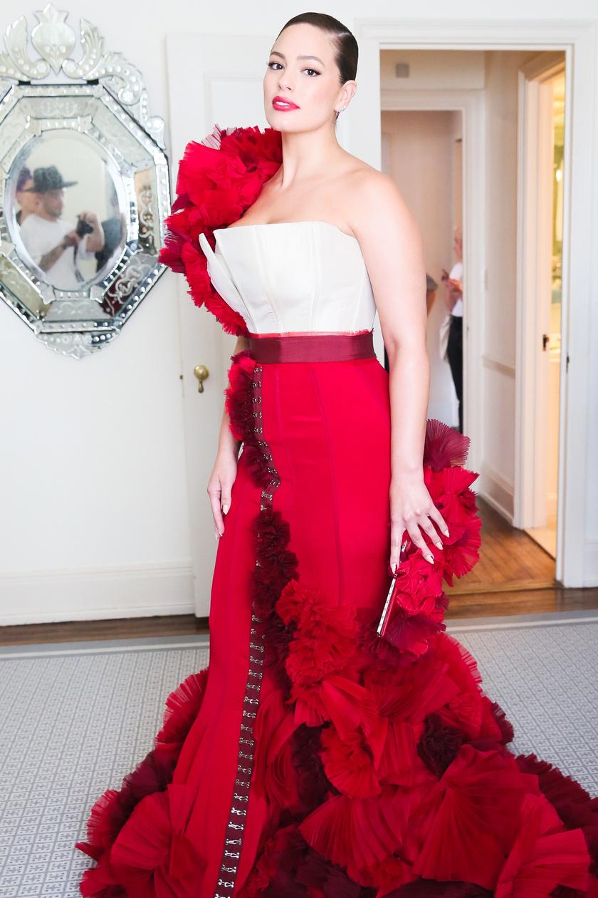 Ashley Graham egy évvel később, a 2017-es Met-gálán.