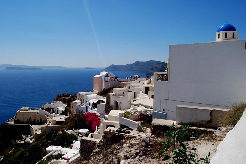 Santorini a déli Égei-tengerben a Kükládok szigetcsoportjának egyik legkedveltebb helye. Apró falvaiban a hófehér-kék épületek egy különleges színű vulkáni kráter peremén állnak.