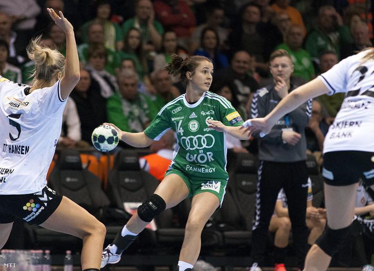 Pál Tamara (k) a női kézilabda Bajnokok Ligája 5. fordulójában játszott Győri Audi ETO KC - Esbjerg mérkőzésen.