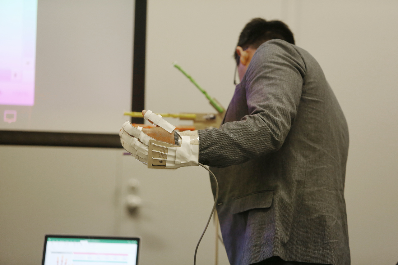 """A Microsofft """"Hacking STEM"""" készletéből remek robotkezet tudnak építeni az iskolások."""