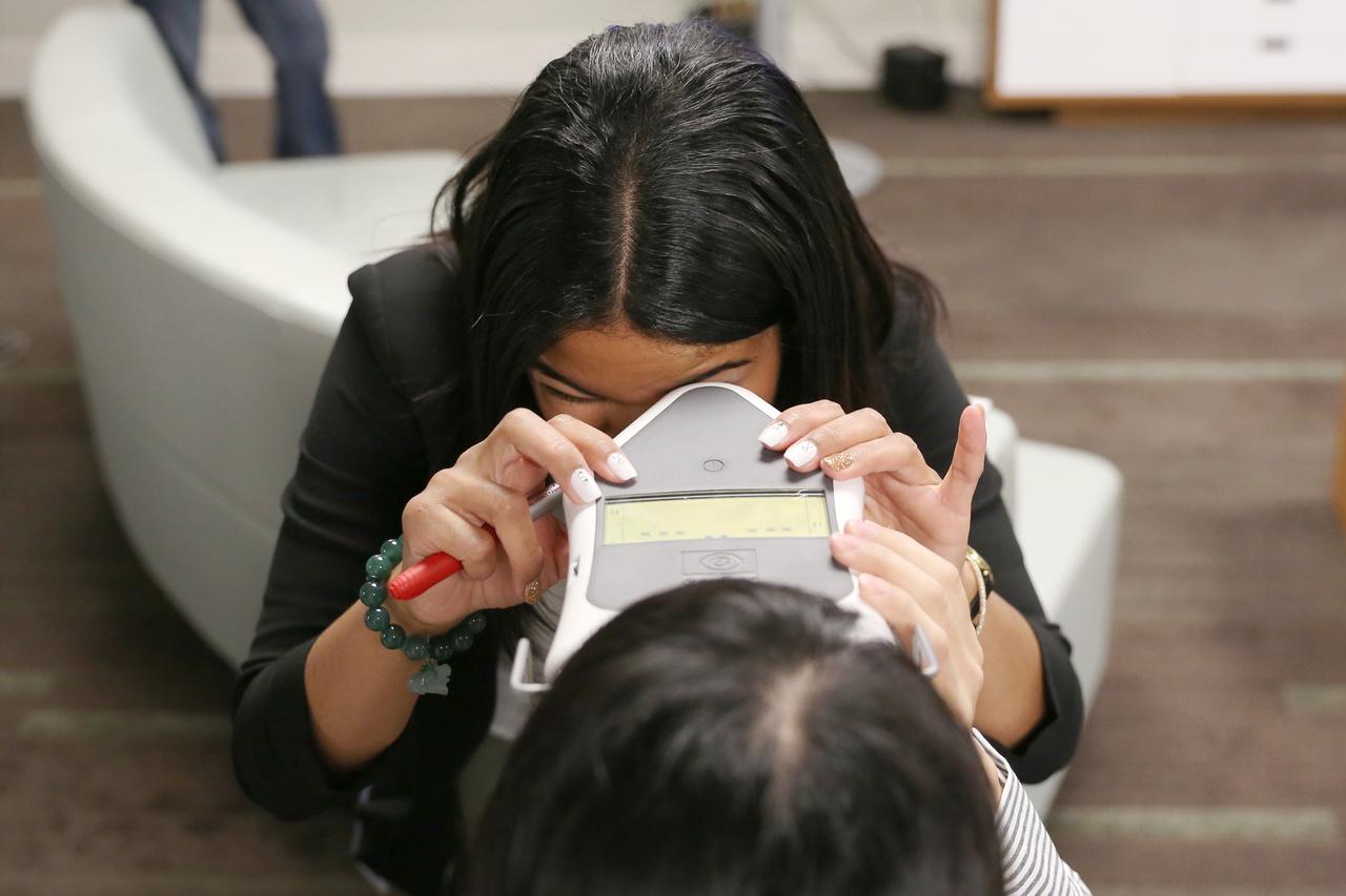 Kis szemészeti méricskélés a Hololens felpróbálása előtt.