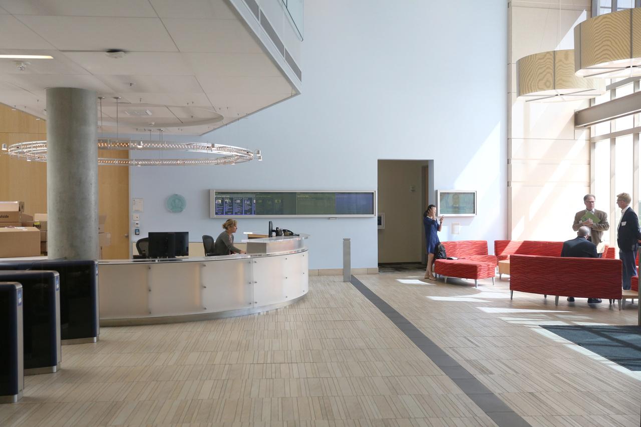 Recepció és előtér a 99-es épületben. Mint egy átlagos irodaház, igazából alig utal valami arra, hogy a világ vezető infótech cégénél járunk.