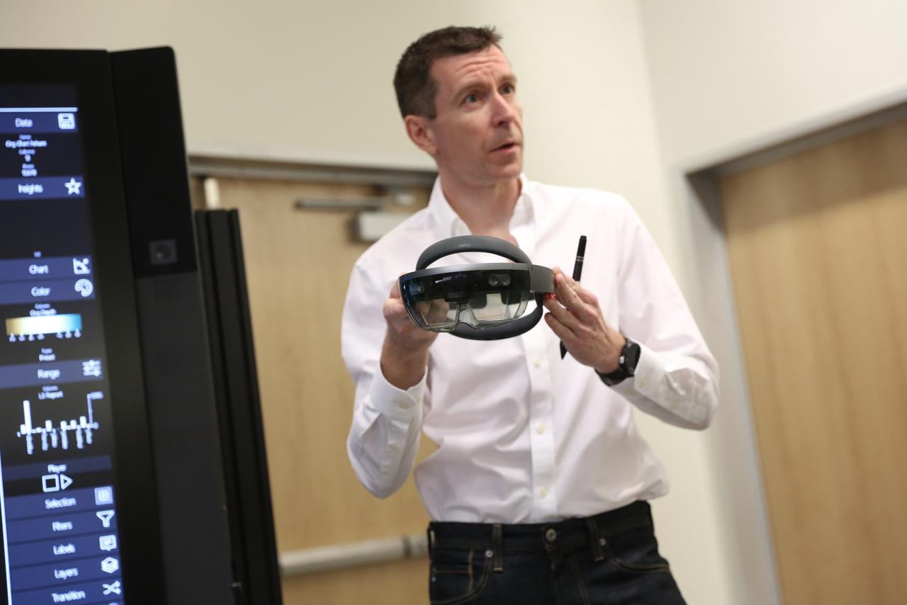 Dave Brown, a NUI Graph adatvizualizációs rendszer fő fejlesztője egy Hololens-szel.